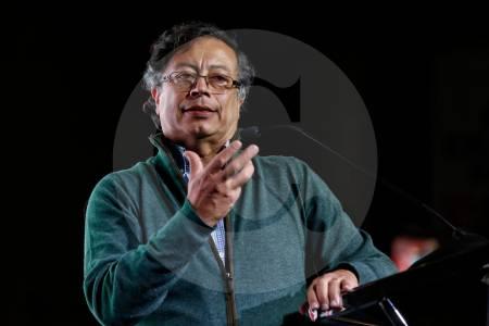 Gustavo Petro discusión política por expropiación Colombia Álvaro Uribe