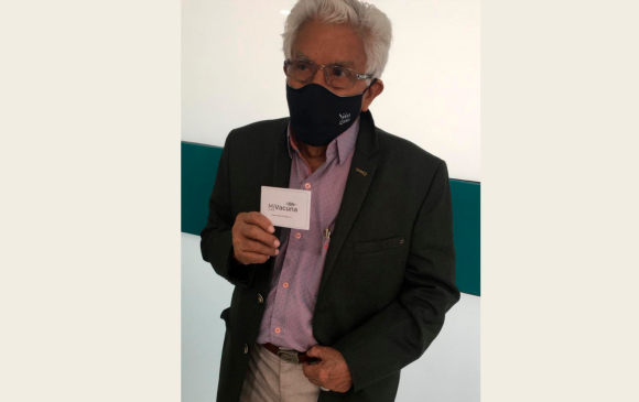 Alfredo Acevedo, de 86 años, fue llamado para la vacunación sin hacer ningún trámite. Le aplicaron la primera dosis el lunes 8 de marzo. Foto: Cortesía