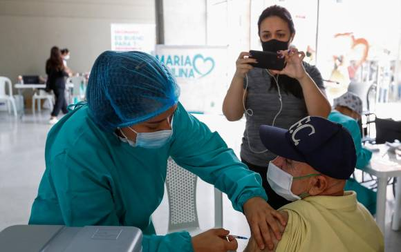 Inicia vacunación sin cita para mayores de 50 años