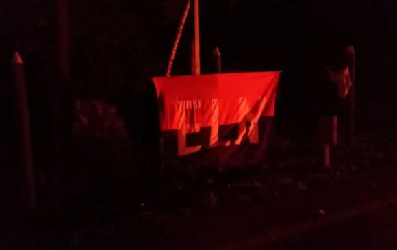 $!Esta bandera fue dejada por los guerrilleros del Eln al lado de los vehículos incinerados. FOTO: Cortesía