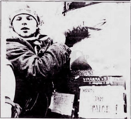 PRAGA. Una manifestante coloca un afiche del líder Alexander Dubcek en la plaza San Wenceslao, en desarrollo de las multitudinarias concentraciones que cumplen desde hace una semana en Checoslovaquia, en demanda de reformas. Foto Reuter.