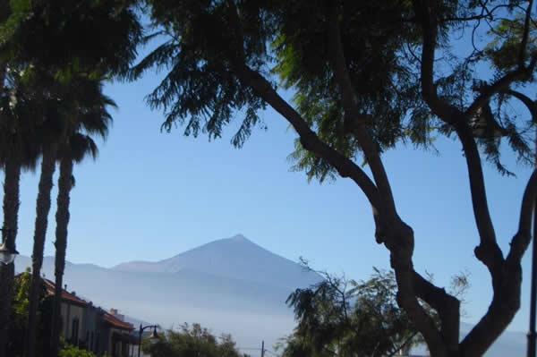 El Volcán Teide a lo lejos