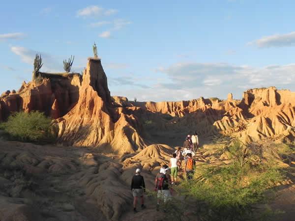 Los caminantes en El Desierto