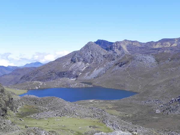 Laguna Grande de Los Verdes, al fondo el camino que ascienda hacia el paso de los Frailes
