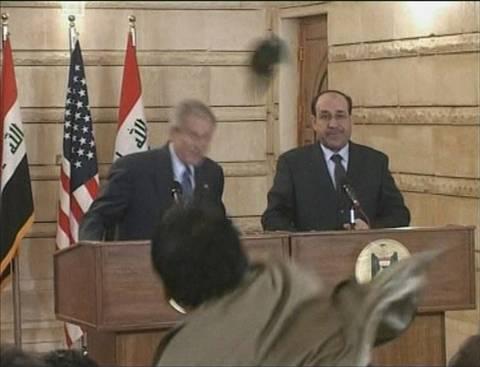 Quién olvida el zapatazo que casi golpea al entonces presidente norteamericano George Bush en medio de un trascendental acuerdo con Irak del que muy pocos se acuerdan.
