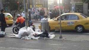 El descuido con las basuras, la mala iluminación, los equipamientos destrozados, el vandalismo y demás, estimula mayores niveles de inseguridad e incluso conduce psicológicamente al abandono ciudadano de un territorio dice la teoría de las Ventanas Rotas. Foto Cortesía
