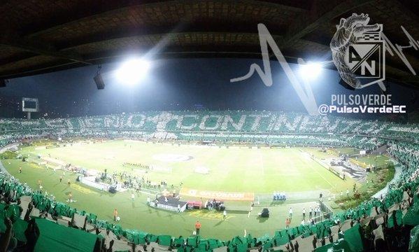 En el inicio, está fue el espectacular recibimiento de los hinchas al equipo verde. FOTO PULSO VERDE.