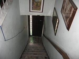 Contra esta puerta, desde adentro, fue atacado el peluquero.