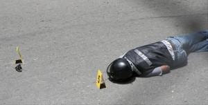 El cadáver del parrillero quedó cerca al revólver calibre 22. Foto de Juan Diego Zapata.
