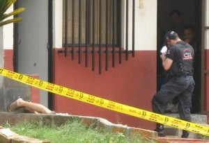 Escena del crimen frente a la casa de la víctima.