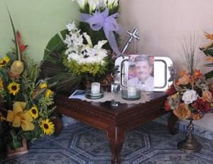 Altar a la memoria de Mario en su vivienda.
