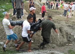 La comunidad colaboró en la extracción del primer cuerpo.