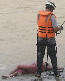 Los bomberos rescataron el cuerpo. Foto de Róbinson Sáenz.