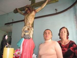 La cantante María Auxiliadora junto a su mamá, víctimas del timador.
