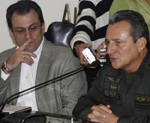 El alcalde Alonso Salazar junto al general Dagoberto García, comandante de la Policía Metropolitana, cuando anunciaron las medidas.
