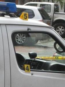 Dos tiros dejaron su huella en la puerta de la patrulla.