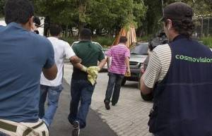 Uno de los sicarios fue sacado por la Sijín en un vehículo.