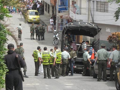 Los cinco detenidos de Bello fueron montados en este camión, ante muchos testigos. Ya están sueltos.