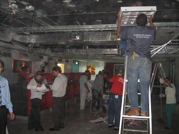 El interior destruido de la sede de Davivienda.