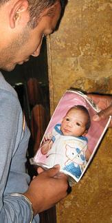 Pérez con la foto de la bebé.