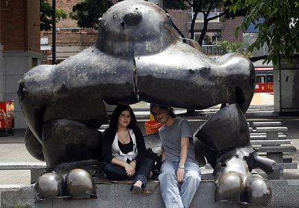 Betsy Valencia y Francisco Hernández en la escultura del pájaro, en el centro de Medellín, que rememora una época violenta anterior. Foto de Henry Agudelo.