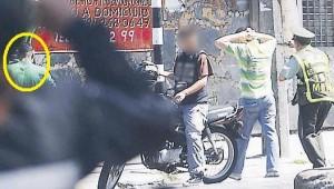 El del círculo es el compinche, el de la moto es el ofendido.