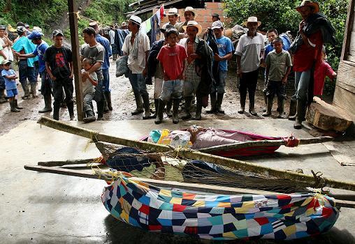 Los pobladores envolvieron los cadáveres en mantas y redes, adheridas a palos para poderlos transportar. Foto de Donaldo Zuluaga.