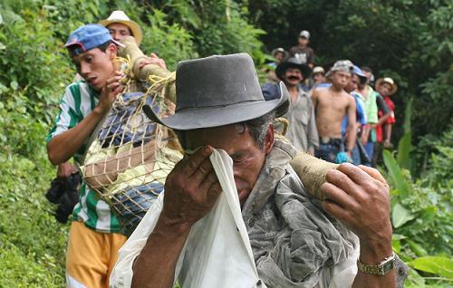 Una penosa marcha fúnebre bajó los cuerpos desde la vereda Cuchillón al casco urbano. Foto de Donaldo Zuluaga.