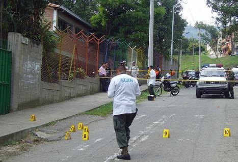 Los sicarios dispararon más de diez veces frente a la entrada del colegio.