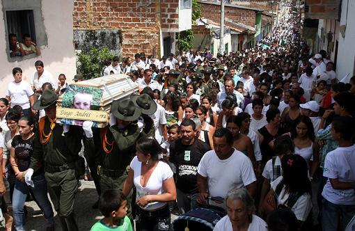 Cientos de personas inundaron las calles de San Carlos y pidieron justicia. Foto de Hernán Vanegas.