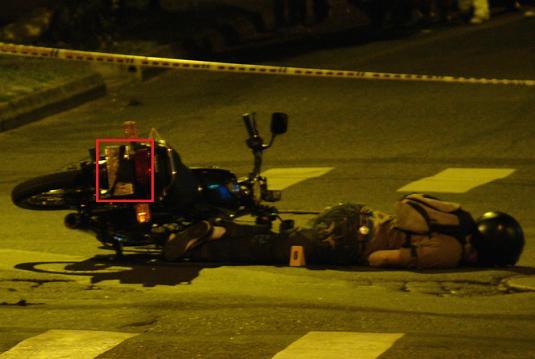 En el recuadro se observa que la placa de la moto usada por los presuntos fleteros, había sido tapada intencionalmente.