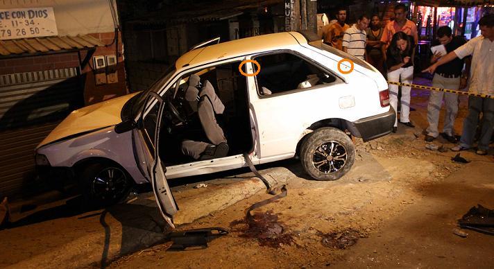 El carro de las víctimas, los círculos señalan un par de impactos de bala. Foto de Juan Fernando Cano.