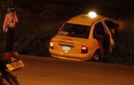 En este taxi quedaron las tres víctimas fatales. Foto de Juan Antonio Sánchez.