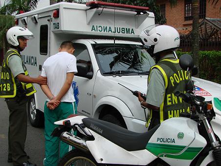 Este es el adolescente aprehendido, junto a la ambulancia que robó.