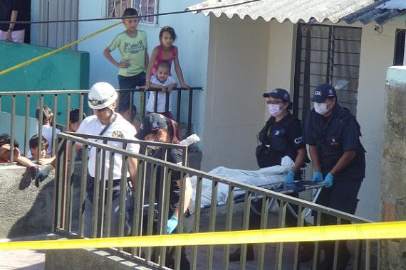 El instante en el cual los criminalistas sacaron de la casa el cuerpo quemado.