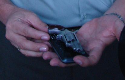 Este es el minirevólver marca Norteamerican, calibre 22, con tres cartuchos (balas). Noten su tamaño, como de un celular.