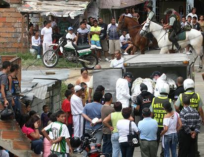 Todos los vecinos de la cuadra salieron a ver la tragedia, en Manrique. Foto de Esteban Vanegas.