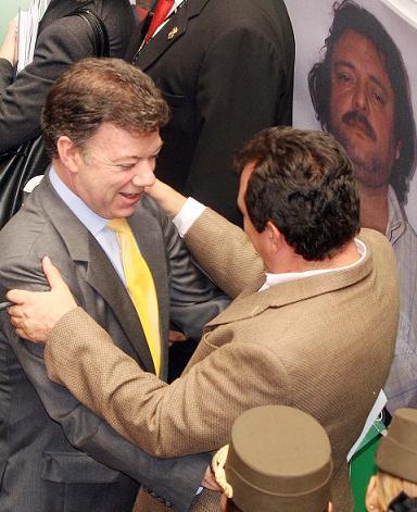 Así de dichosos estuvieron el ministro Santos y el alcalde Salazar en la rueda de prensa de la captura. ¿Qué pensarán ahora?