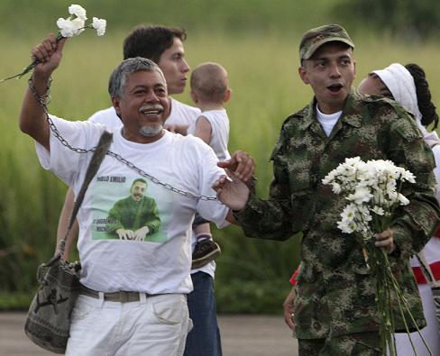 Pablo 'El Profe' Moncayo, y su hijo liberado Pablo Emilio, por fin están juntos. Foto de Reuters.