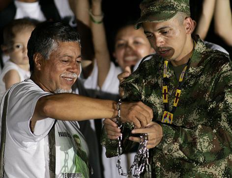 Pablo Emilio le quitó las cadenas a 'El caminante por la vida', las cuales juró que llevaría hasta el día de la libertad de su hijo. Foto de AP.