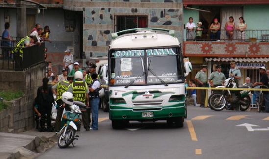 En este bus se presentó el ataque con arma de fuego. Foto de Carlos Taborda.