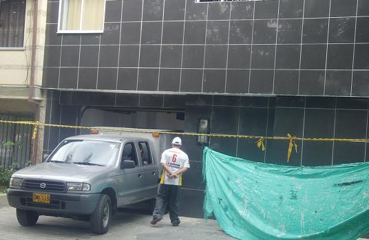 El necromóvil del CTI de la Fiscalía saca el cadáver del extranjero por el garaje del hotel.