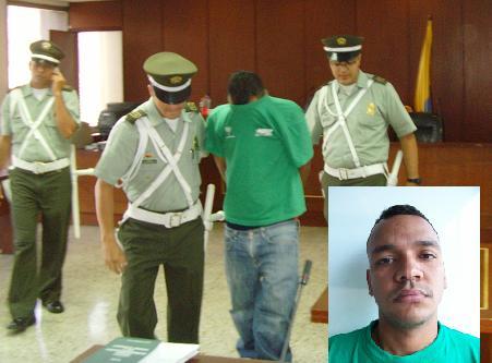 Este es el homicida Duván Rodríguez, quien trató de ocultar su rostro durante la audiencia.