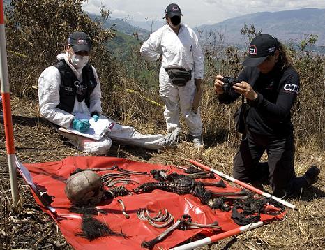 Esta es la sábana de evidencias, de los restos hallados en El Morro. Foto de Esteban Vanegas.