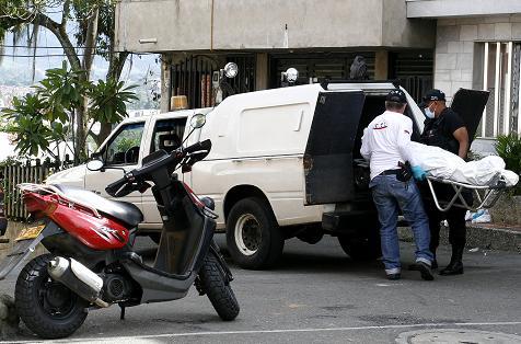 Esta es la escena del crimen en Itagüí, en la que se aprecia la moto con la cual engañaron a la víctima. Foto de Esteban Vanegas.