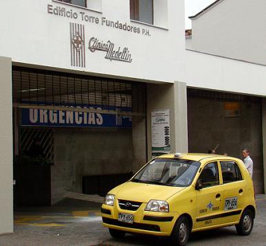 Este es el taxi en el cual fueron atacados el taxista y el dueño de la discoteca, en el mismo carro los llevaron a la clínica Medellín, donde murió el conductor. Foto de Carlos Taborda.