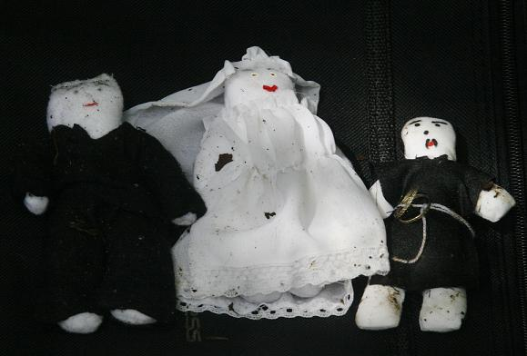 Estos fueron los muñecos, al parecer para un rito de magia negra, hallados en la escena. El de la derecha tiene dos argollas atadas. Fotos de Esteban Vanegas.