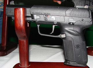 Esta es una pistola FiveSeven de fabricación belga, como las usadas en este ataque.