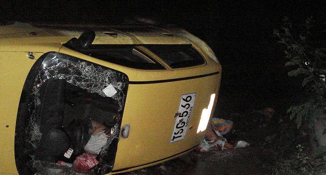 Así quedó volcado el taxi, después de la explosión en la carretera.