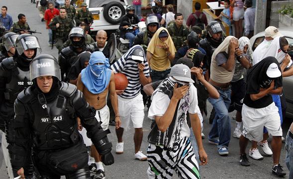 Estos son varios de los muchachos detenidos durante la redada policial, posterior al tiroteo. Foto de Jaime Pérez.